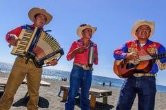 Os músicos do Mariachi jogam na praia de Monterrico na Guatemala imagem de stock