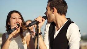 Os músicos novos executam uma música energética para o acompanhamento musical vídeos de arquivo