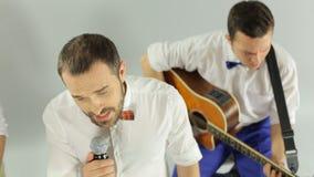 Os músicos profissionais unidos em uma faixa executam dentro video estoque