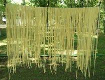 Os macarronetes chamados Arishta estão secando na corda imagens de stock