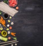 Os macarronetes crus do trigo mourisco, gengibre conservado, cebola, desbastaram a pimenta, hashis, molho de soja, ingredientes c Fotos de Stock