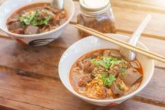 Os macarronetes de arroz com o ngiao picante de Nam do molho da carne de porco são uma sopa de macarronete ou um caril da culinár imagens de stock