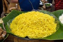 Os macarronetes de ovos em uma banana saem no mercado do alimento da rua Imagens de Stock Royalty Free