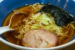 Os macarronetes de Ramen, puseram a carne de porco e a alga foto de stock