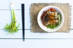 Os macarronetes em Tailândia melhoram o macarronete na tabela de madeira dos azul-céu Vista superior Fotografia de Stock