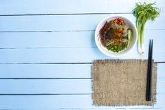 Os macarronetes em Tailândia melhoram o macarronete na tabela de madeira dos azul-céu Vista superior Fotos de Stock Royalty Free