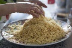 Os macarronetes finos do asiático da aletria em uma casa marroquina tradicional do prato fizeram elaborado Ingredientes da massa  fotografia de stock