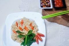 Os macarronetes imediatos com gostos asiáticos lá são ovos e bebidas Imagem de Stock Royalty Free