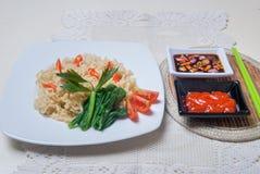 Os macarronetes imediatos com gostos asiáticos lá são ovos e bebidas Fotografia de Stock Royalty Free
