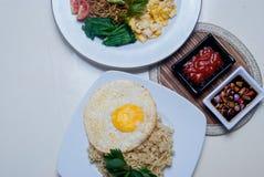 Os macarronetes imediatos com gostos asiáticos lá são ovos e bebidas Imagens de Stock Royalty Free