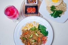 Os macarronetes imediatos com gostos asiáticos lá são ovos e bebidas Imagens de Stock