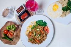 Os macarronetes imediatos com gostos asiáticos lá são ovos e bebidas Fotografia de Stock