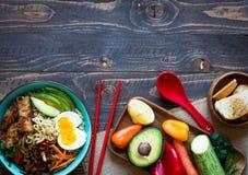 Os macarronetes japoneses rolam com galinha, cenouras, abacate Foto de Stock Royalty Free