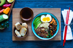 Os macarronetes japoneses rolam com galinha, cenouras, abacate Imagem de Stock