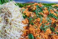 Os macarronetes tailandeses do estilo, acolchoam tailandês Macarronetes de arroz com camarões e close-up dos vegetais na tabela foto de stock royalty free