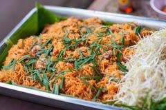 Os macarronetes tailandeses do estilo, acolchoam tailandês Macarronetes de arroz com camarões e close-up dos vegetais na tabela fotografia de stock