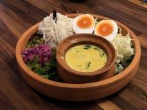 Os macarronetes tailandeses picantes Kanom jeen e ovo cozido da metade imagem de stock royalty free