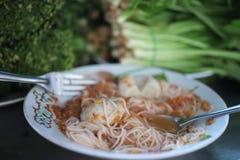 Os macarronetes tailandeses têm vegetais verdes em restaurantes do vintage, alimento da rua fotografia de stock royalty free