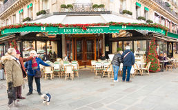 Os magots famosos do deux de Les do café, Paris, França Fotos de Stock Royalty Free