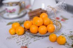 Os mandarino alaranjados decorativos, tangerinas, copo do chá, os mandarino da casa, os mandarino pequenos imagens de stock royalty free