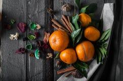 Os mandarino com as folhas na mesa e na toalha de madeira foto de stock royalty free