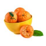 Os mandarino das tangerinas na bacia amarela Foto de Stock