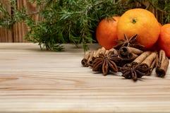 Os mandarino em um ano novo de madeira do Natal do inverno do anis da canela e de estrela do fundo imagens de stock