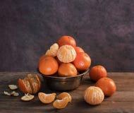 Os mandarino frescos e os mandarino descascados Foto de Stock Royalty Free