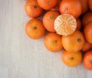 Os mandarino frescos e os mandarino descascados Fotos de Stock Royalty Free