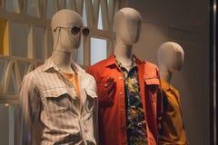 Os manequins dos homens na janela de loja fotos de stock royalty free