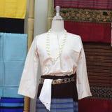 Os manequins mostram o vestido de seda mão-tecido vestindo imagens de stock