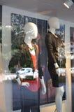 Os manequins no verão vestem-se na janela da loja imagens de stock