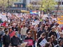 Os manifestantes com sinais da pro-paz em março por nossas vidas reagrupam no Sa Foto de Stock Royalty Free