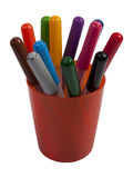Os marcadores coloridos em uma laranja coloriram copos plásticos isolados no branco Fotos de Stock