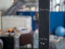 Os marcadores a toda pressa rabiscados do exercício no peso submetem, gym temporário foto de stock
