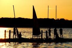 Os marinheiros apreciam o por do sol no lago Mendota Imagem de Stock