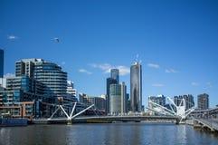 Os marinheiros constroem uma ponte sobre sobre o rio de Yarra em Warf sul, Melbourne CBD Fotos de Stock Royalty Free