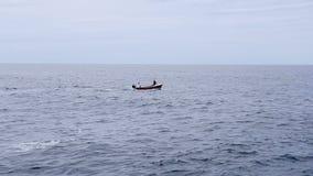 Os marinheiros da marinha montam um barco no mar durante o dia de verão quente Dois jovens do passeio masculino um barco no mar d vídeos de arquivo