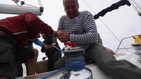 Os marinheiros participam na regata da navigação vídeos de arquivo