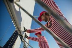 Os marinheiros participam outono 2018 de Ellada da regata da navigação no 20o entre o grupo de ilha grego no Mar Egeu imagem de stock royalty free