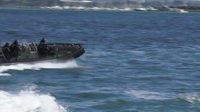 Os marinheiros reais da marinha de Nova Zelândia montam um barco de Zodiak filme