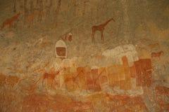 Os mateiros balançam a pintura das figuras e dos antílopes humanos, girafa do parque nacional de Matopos, Zimbabwe Fotos de Stock