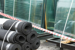 Os materiais de construção são armazenados no ar livre Fotografia de Stock