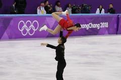 Os medalhistas de prata Wenjing Sui e Cong Han de China executam nos pares que patinam livre patinando nos 2018 Jogos Olímpicos d imagem de stock