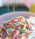 Os meios do gelado polvilham a cobertura e a cor imagem de stock