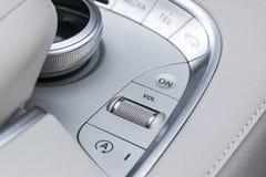 Os meios e a navegação controlam botões de um carro moderno Detalhes do interior do carro Interior do couro branco do carro moder Fotografia de Stock Royalty Free