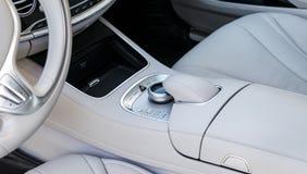 Os meios e a navegação controlam botões de um carro moderno Detalhes do interior do carro Interior do couro branco do carro moder Imagens de Stock Royalty Free