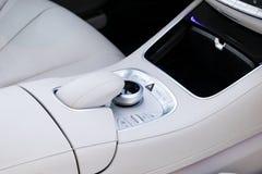 Os meios e a navegação controlam botões de um carro moderno Detalhes do interior do carro Interior do couro branco do carro moder Fotografia de Stock