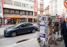 Os meios franceses do quiosque da imprensa estão a arquitetura da cidade da rua foto de stock royalty free