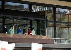 Os membros da família imperial no balcão do palácio são cumprimentados pelos povos no quadrado no Tóquio foto de stock